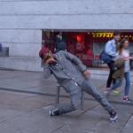 人間離れの動き!街中で突如始まったダンスのキレがすごすぎる(214秒)