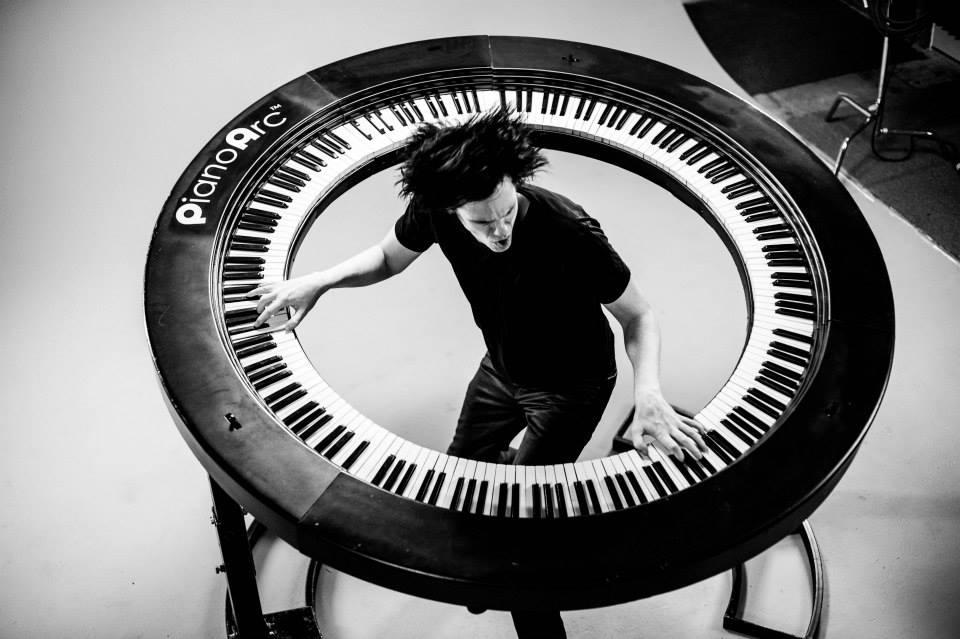360度ぎっしり鍵盤!斬新すぎる円盤形ピアノ