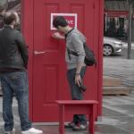 リアルどこでもドア?街に置かれたドアを開けたらそこは予想外の世界だった