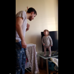 【子を持つ人は知っている】机から降りて欲しい父vs言葉が通じない1歳の娘