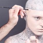 コレは見違える!全身タトゥーの男性がファンデーションを塗り立てると・・・
