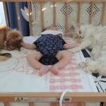 漂うラスボス感!赤ちゃんとニャンコの写真がなぜか強そうに感じる(画像3枚)