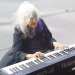 80歳の老婆が路上でピアノコンサート!美しい音色に通行人が聞き惚れる