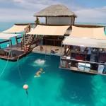 今年の夏は行きたい!フィジーの海に浮かぶ『絶景』バーに圧倒