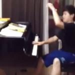 抱腹絶倒!「ピアニストあるある」を詰め込んだラジオ体操の演奏がヤバい