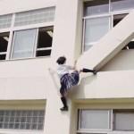 女子高生「遅刻しそう。そうだ!」→校舎の外壁を『ガチで』登る