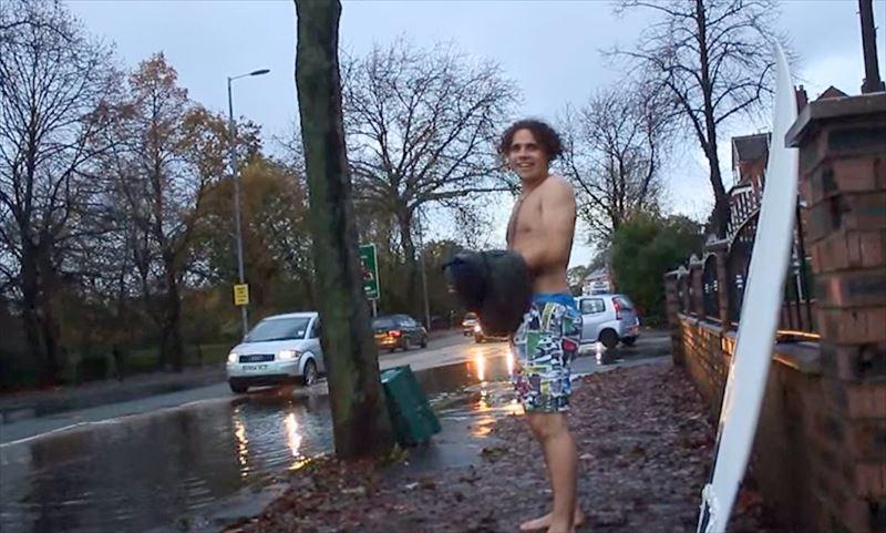 「サーフィン最高だぜぃ!」 車道の水たまりでサーフィンに挑んだ男!