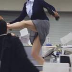 「残業?ふざけんな!」 上司に仕事を押し付けられたOLの怒り溢れる足技にチビる