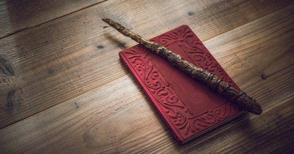 ■赤い本・杖は撮影用に作成された小道具を使用しています。架空のものです。