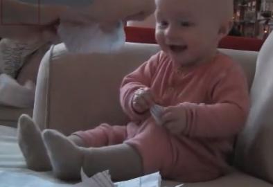 【紙を破るだけ】目に入れても痛くないってこのことなんだと思うくらいこの赤ちゃんが可愛い