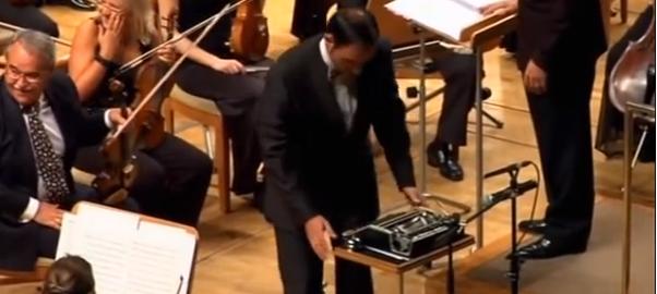 タイプライターとオーケストラの見事な共演に大喝采