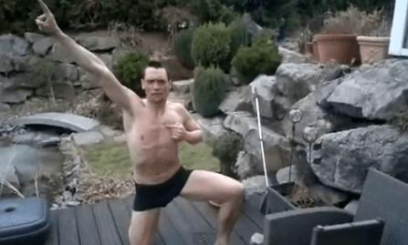 凍ったプールに裸で飛び込む男