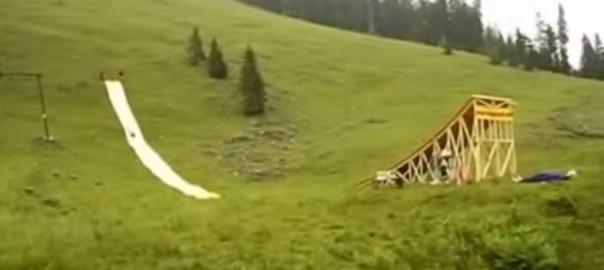 【人間ロケット】滑り台から50メートル先のプールに着水