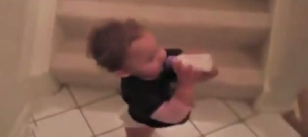 赤ちゃんが高速で階段を降りる方法を考案しました