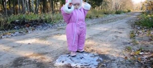 【背筋ピーン!】初めて氷の上を歩いてみた赤ちゃんが可愛い
