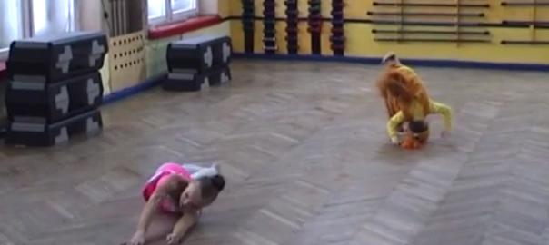 【誰も止められない】新体操の発表会に乱入してきた少女の踊りがグダグダすぎる