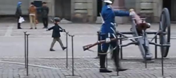 【完全コピー】スウェーデン近衛兵をマネする子供が国を守れそうなくらい可愛い