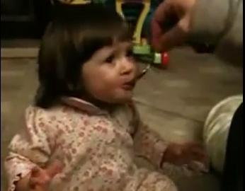 【しゅっぱーい!】初めてグレープフルーツを食べた少女の反応が可愛すぎる