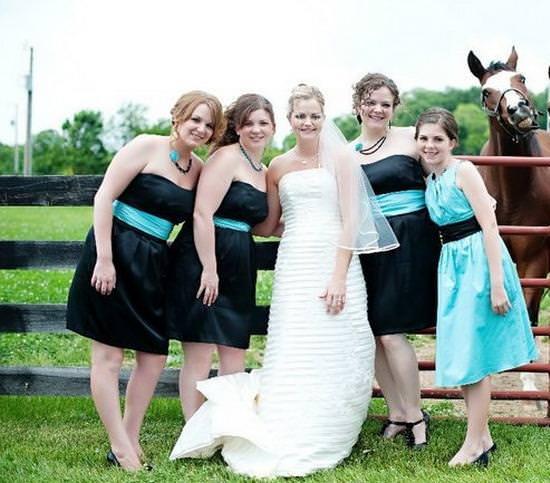 女性たちと馬の写真