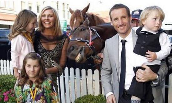 家族と馬の写真