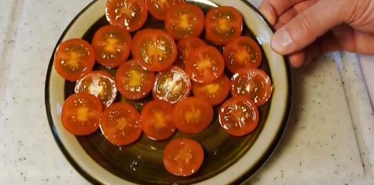 この手があったか!超簡単に大量のミニトマトを切る方法