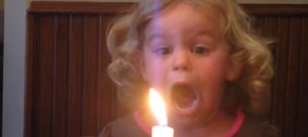 【消えろぉぉ!】全力でロウソクの火を消そうとする少女に努力を学ぶ