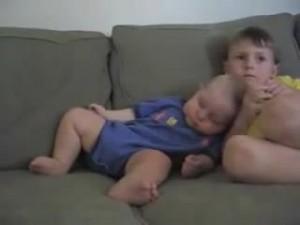 睡魔と闘う赤ちゃん21