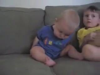 睡魔と闘う赤ちゃん10