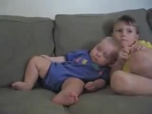 睡魔と闘う赤ちゃん20