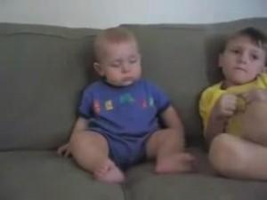 睡魔と闘う赤ちゃん9