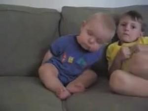 睡魔と闘う赤ちゃん5