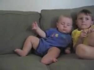 睡魔と闘う赤ちゃん18