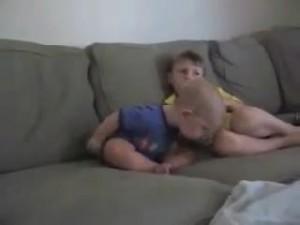 睡魔と闘う赤ちゃん2