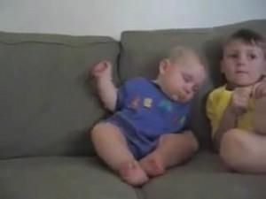 睡魔と闘う赤ちゃん13