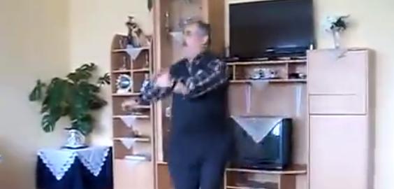 【とんでもない温度差】ノリノリで踊るおじいちゃんと無関心な孫