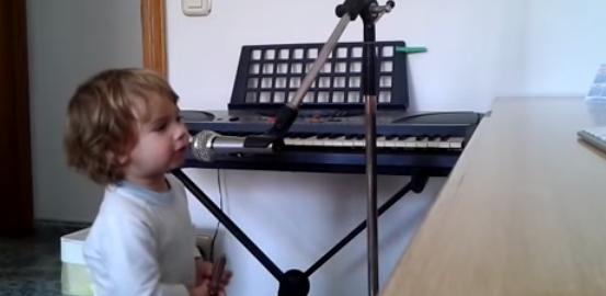 【魂の叫び】2歳児の歌うブルース