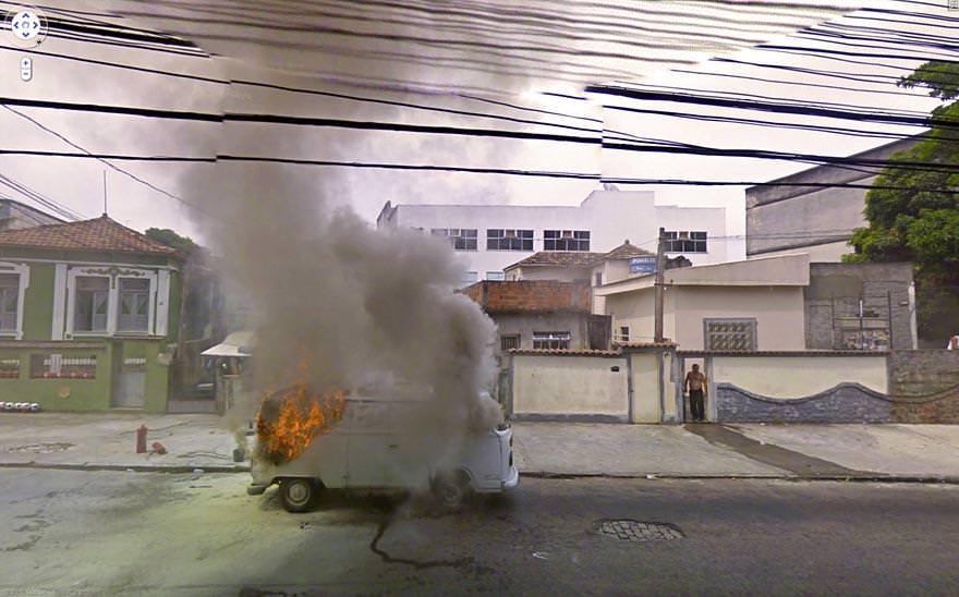 燃えるトラック