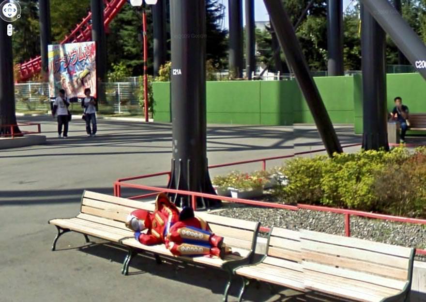 公園で昼寝するヒーロー