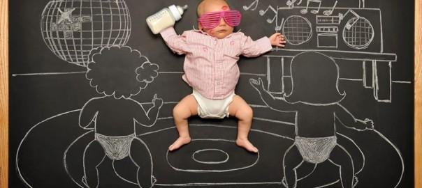 すやすや眠る赤ちゃんが主人公!黒板を使った寝相アート