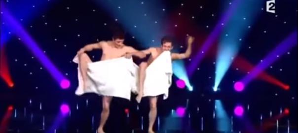 タオル一枚でハイレベルな「裸踊り」をする男二人に会場騒然