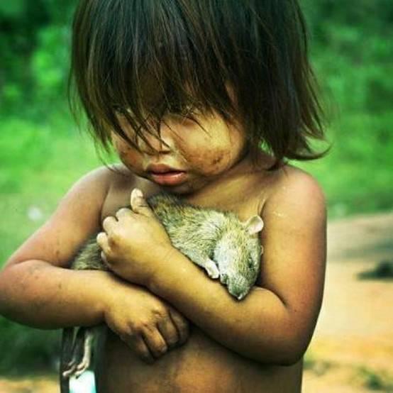ネズミを抱く女の子