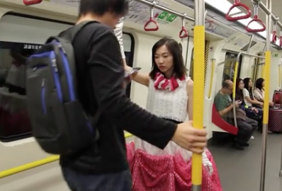 リアルバリアー?香港デザイナーの開発した「傘型ドレス」が凄い