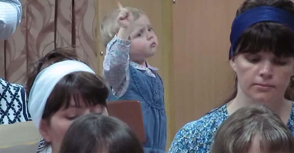 指揮者になりきる少女の動画のキャプチャ