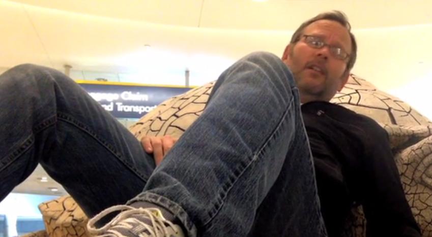 【帰宅難民】空港から帰れなくて暇だったので、至高のミュージックビデオを作ってみた。