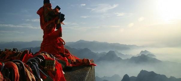 【中国華山】危険を乗り越えた先には美しい修道院と壮大な景色が待っています。