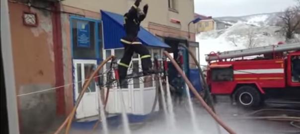 日本なら怒られる?ロシアの消防士たちがホースでド派手なお遊び。