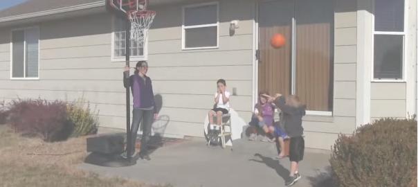 天才少年現る。プロ顔負けの神懸かりなシュートを放つバスケ少年が凄い!
