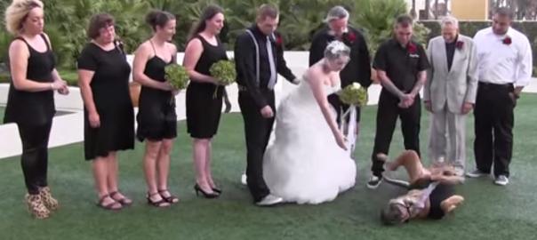 誰かあの子を止めて!結婚式の写真撮影なのに飼い犬が全く座ってくれない