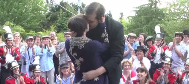 ロマンチックすぎ!たくさんの人を巻き込んだ、一世一代のプロポーズ(352秒)