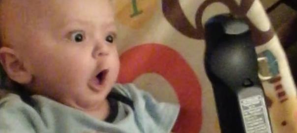 最新の家電オシャレすぎ!リモコンに興奮する赤ちゃん(100秒)